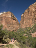 Hiking in to the Emerald Pools, Zion National Park, Utah, United States of America, North America Photographie par Richard Maschmeyer
