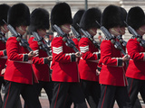 Scots Guards Marching Past Buckingham Palace, Rehearsal for Trooping the Colour, London, England, U Photographie par Stuart Black