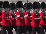 Scots Guards Marching Past Buckingham Palace, Rehearsal for Trooping the Colour, London, England, U Photographie par Stuart Black
