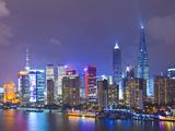 Pudong Skyline at Night across the Huangpu River, Shanghai, China, Asia Fotografie-Druck von Amanda Hall