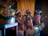 Musicians at Gangaramaya Buddhist Temple, Site of Annual Navam Perahera Festival, Colombo, Sri Lank Fotografie-Druck von Kim Walker