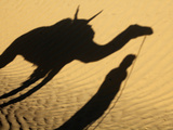 Camel Driver&#39;s Shadow in the Sahara Desert, Near Douz, Kebili, Tunisia, North Africa, Africa Fotografie-Druck von  Godong