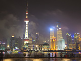 Pudong Skyline at Night across the Huangpu River, Oriental Pearl Tower on Left, Shanghai, China, As Lámina fotográfica por Amanda Hall