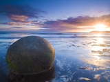 Moeraki Boulders, Otago, South Island, New Zealand, Pacific Fotografisk tryk af Ben Pipe