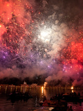 The Amazing Fireworks Display During the Night of Redentore Celebration in the Basin of St. Mark, V Fotografie-Druck von Carlo Morucchio