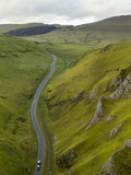 Cars Travelling Down Winnats Pass, Castleton, Peak District National Park, Derbyshire, England, Uni Fotografie-Druck von Chris Hepburn