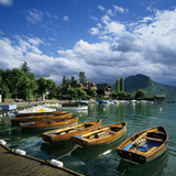 Rowing Boats Along Lake Shore, Talloires, Lake Annecy, Rhone Alpes, France, Europe Fotografie-Druck von Stuart Black