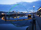Gateshead Millennium Bridge, the Sage and Tyne Bridge at Dusk, Spanning the River Tyne Between Newc Lmina fotogrfica por Mark Sunderland
