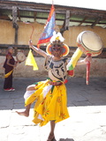 Buddhist Monk in Dance Costume Ready to Take Part in a Performance at the Tamshing Phala Choepa Tse Photographie par Lee Frost
