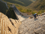 Chinese Man Climbs Great Wall of China, UNESCO World Heritage Site, Huanghuacheng (Yellow Flower) a Photographie par Kimberly Walker