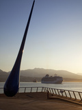 The Raindrop Sculpture and Cruise Ship in Early Morning, Waterfront Near the Convention Centre and  Photographie par Martin Child