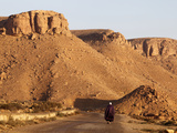 Man Walking on the Chenini Village Road, Tunisia, North Africa, Africa Photographie par  Godong