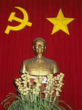 Bust of Ho Chi Minh and Vietnamese Socialist Flag, Vietnam, Indochina, Southeast Asia, Asia Fotodruck von Stuart Black