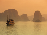 Traditional Boat Sailing Through Limestone Archipelago at Sunset, Ha Long Bay, UNESCO World Heritag Fotografie-Druck von Stuart Black
