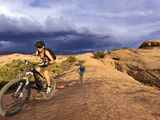 Mountain Bikers on the Slickrock Trail in Moab, Utah, Usa Stampa fotografica di Chuck Haney