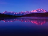 Mt. Mckinley and the Alaska Range Reflect on Wonder Lake in the Early Morning Light Photographie par John Eastcott & Yva Momatiuk