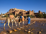 Camel Driver, Ait Benhaddou, Atlas Mountains, Morocco, Mr Fotografisk tryk af Doug Pearson