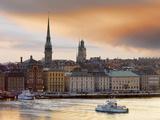 Sweden, Stockholm, Riddarfjarden, Gamla Stan, Passenger Ferries in Bay at Dusk Fotografisk tryk af Shaun Egan