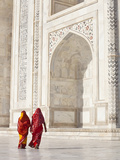 Taj Mahal, UNESCO World Heritage Site, Women in Colourful Saris, Agra, Uttar Pradesh State, India,  Photographie par Gavin Hellier