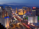 United States of America, Nevada, Las Vegas, Elevated Dusk View of the Hotels and Casinos Along the Fotografisk tryk af Gavin Hellier