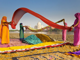 Taj Mahal, UNESCO World Heritage Site, across Yamuna River, Women Drying Colourful Saris, Agra, Utt Fotografie-Druck von Gavin Hellier
