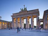 Porta di Brandeburgo, Pariser Platz, Berlino, Germania Stampa fotografica di Jon Arnold