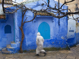 Man Wearing a Djellaba on the Street, Chefchaouen, Morocco Fotografie-Druck von Peter Adams