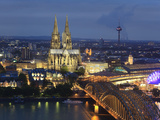 Germany, North Rhine Westphalia, Cologne (Koln), Hohenzoller Bridge over River Rhine and Cathedral Impressão fotográfica por Michele Falzone