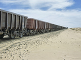 Iron Ore Train across the Sahara Desert to Nouadhibou, Mauritania Fotografisk tryk af Gary Cook