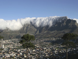 Towering over Cape Town, Table Mountain with its Famous Fog and Cloud Cover, South Africa Lámina fotográfica por Tim Hauf