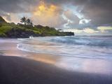 Waves Crashing onto Waianapanapa Black Sand Beach Near Hana, Maui, Hawaii, USA Fotografie-Druck von Patrick Smith