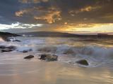 Patrick Smith - Sunset Light on Waves Crashing onto a Beach, with Molokini and Kaho`Olawe Islands in the Background - Fotografik Baskı
