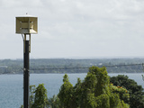 A Tsunami Warning Siren Stands Guard over Hilo Bay in Hawaii Fotografie-Druck von Jon Van de Grift