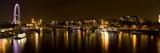Vista del río Támesis desde el puente Waterloo de noche, Londres, Inglaterra Lámina fotográfica por Panoramic Images,
