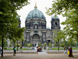 People in a Park in Front of a Cathedral, Berlin Cathedral, Berlin, Germany Fotografie-Druck von Panoramic Images