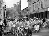Saigon Curfew 1975 Fotodruck von Nick Ut