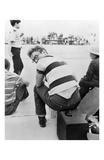 James Dean assis sur une valise et regardant par dessus son épaule Affiche par Frank Worth