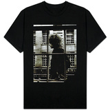 Den enastående Bob Dylan går förbi ett butiksfönster i London, 1966 T-shirts