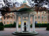 University of North Carolina - The Old Well and South Building Fotografisk tryk af Rob Goldberg