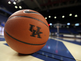 University of Kentucky - Kentucky Basketball Sits on the Court Fotografisk tryk