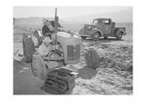 Tractor Repair: Driver Benji Iguchi, Mechanic Henry Hanawa, Premium Giclee-trykk av Ansel Adams