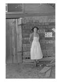 Farm Woman Beside Her Barn Door Plakat af Dorothea Lange