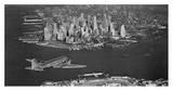 Airplane flying towards Manhattan Plakater