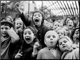 Bogactwo dziecięcej ekspresji - Scena zabicia smoka w teatrzyku kukiełkowym Umocowane zdjęcie autor Alfred Eisenstaedt