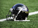 Baltimore Ravens - Aug 19, 2011: Baltimore Ravens Helmet Photo av Nick Wass