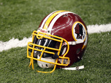 Washington Redskins - Sept 9, 2012: Washington Redskins Helmet Fotografisk trykk av Bill Haber