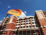Oklahoma State University: OSU Flag Flys Outside Boone Pickens Stadium Fotografisk tryk