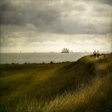 Man and Woman Walking Along a Path by the Sea with Tall Ships Impressão fotográfica por Luis Beltran