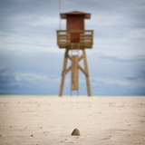 A Watch Tower on a Sandy Beach Lámina fotográfica por Luis Beltran
