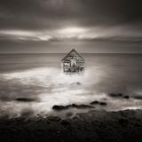 Casa che fluttua sul mare Stampa fotografica di Luis Beltran